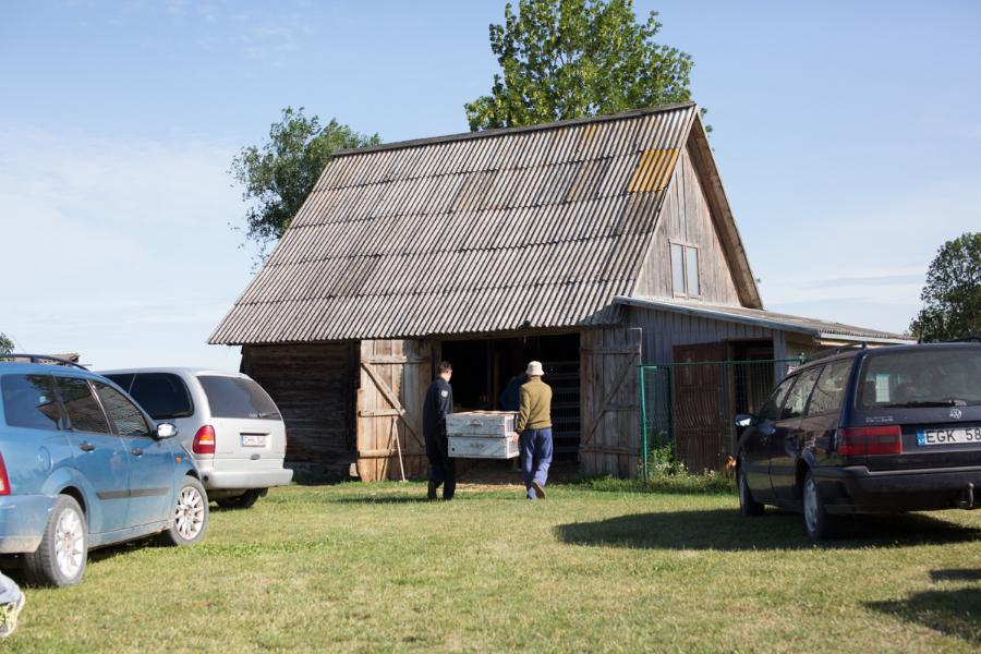 Tuščias dėžes priglaudžia sodybos šeiminko Artūro Urbanavičiaus svirnas.